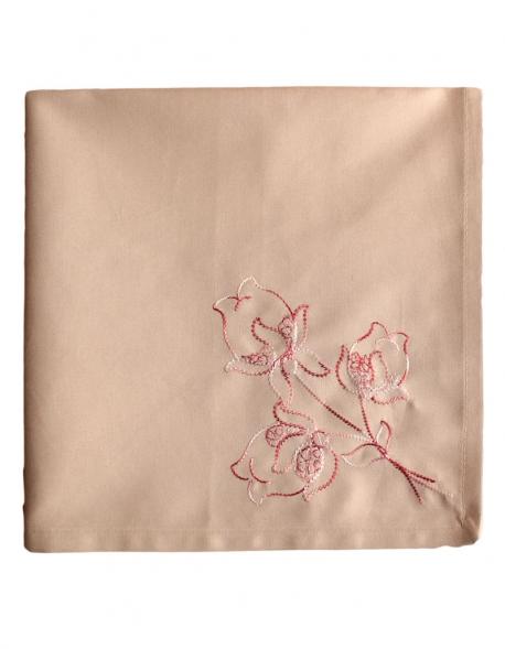 Serviette carré couleur beige brodée en fil bordeaux mêlé de blanc sur une fine percale de coton, confectionné en France