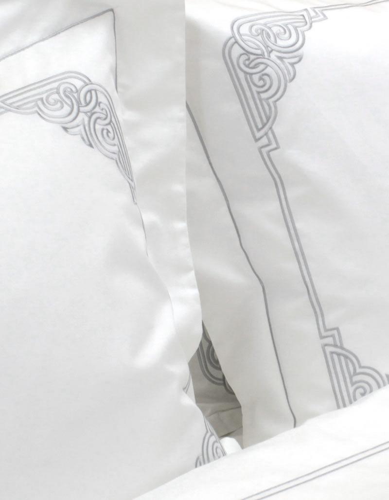 taie d 39 oreiller rectangulaire brod e de fil gris argent. Black Bedroom Furniture Sets. Home Design Ideas