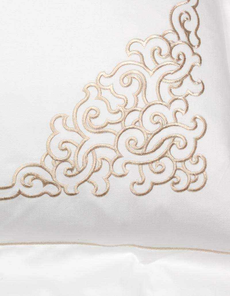 taie d 39 oreiller brod e tamir gold 50x70 satin de coton made in france. Black Bedroom Furniture Sets. Home Design Ideas