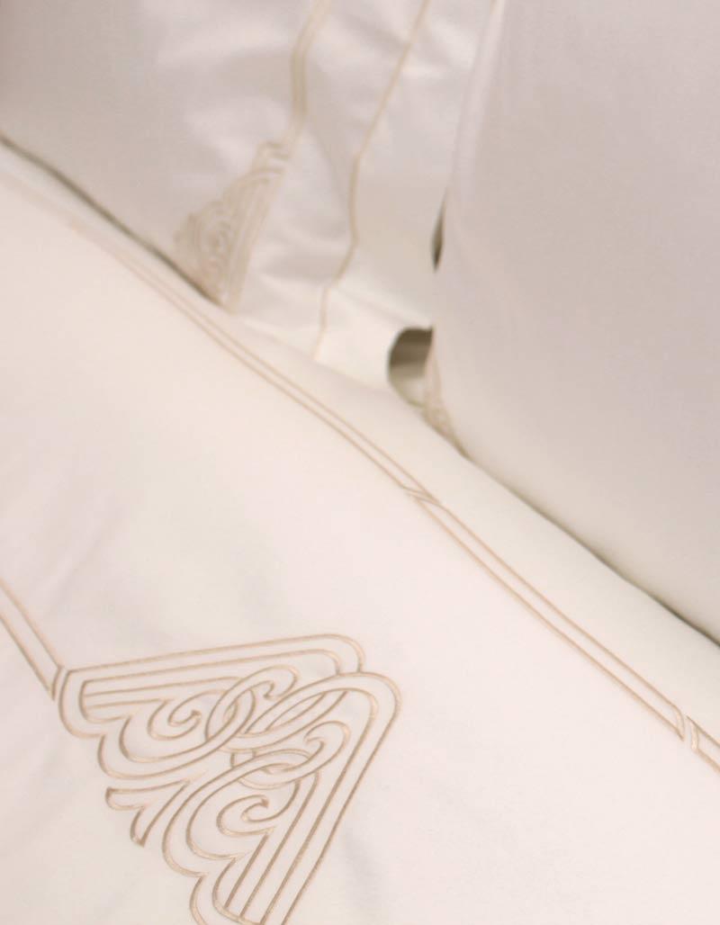 Drap plat brodé or en satin de coton blanc,