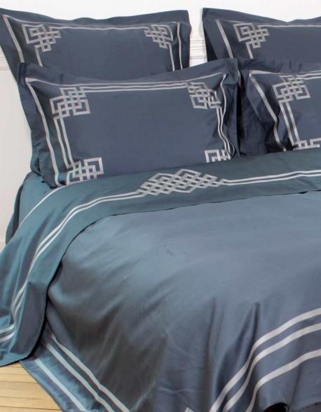 Drap plat bleu ardoise AIGUE MARINE N°24 brodé de ruban gris satiné