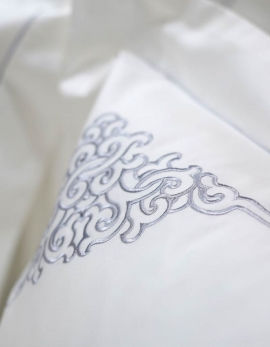 Rectangular pillow case in white satin of cotton embroidered with silver grey yarn