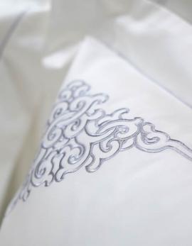 Taie d'oreiller rectangulaire en satin de coton blanc, brodé gris argent